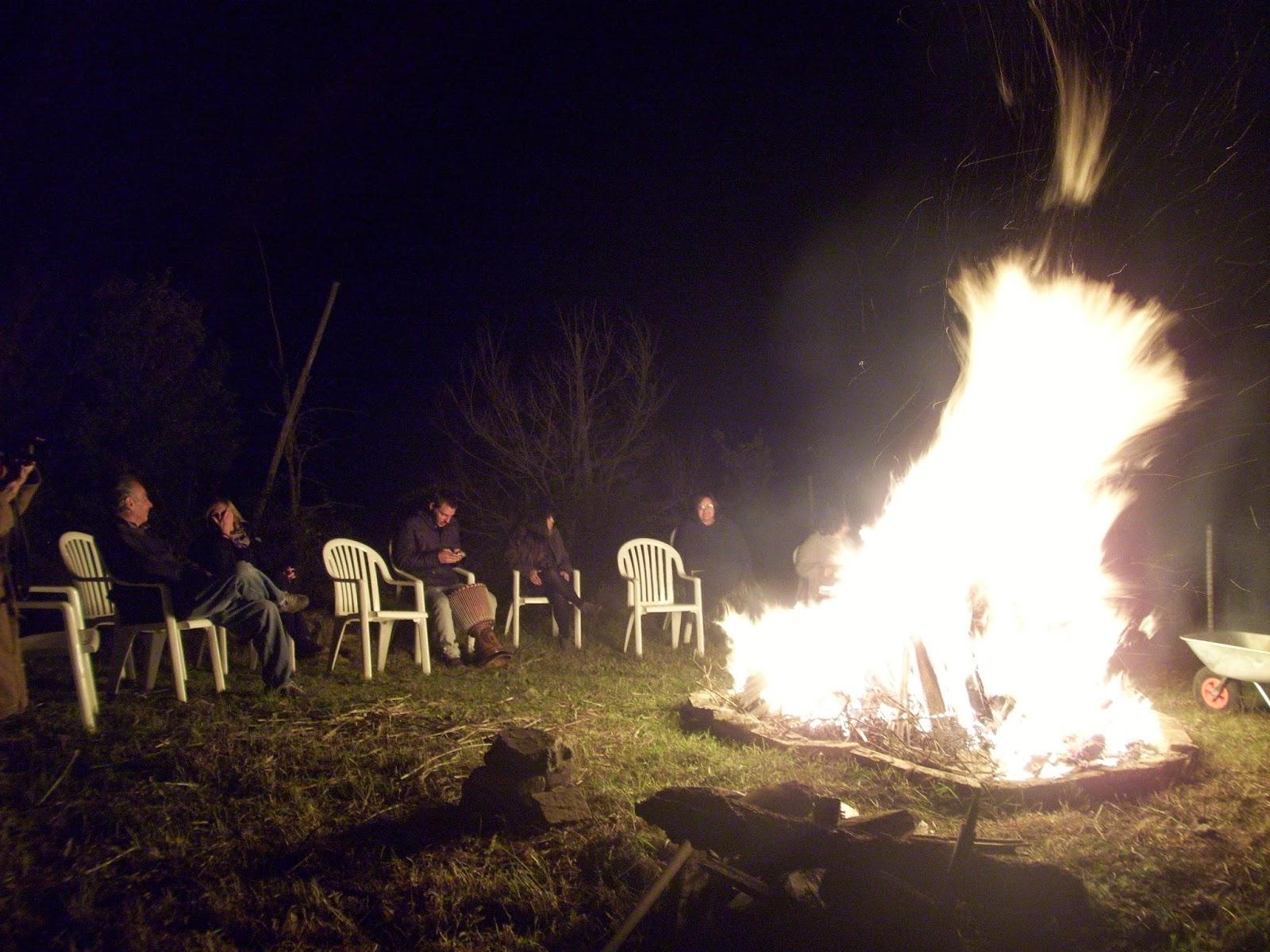 Le fiamme del falò ci riscaldano