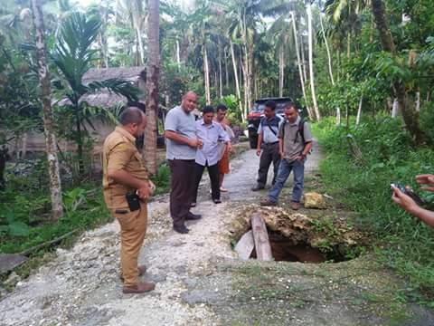 Anggota DPRD Nias Utara dan Dinas Bina Marga Pemkab Nias Utara Tinjau Lokasi Longsor