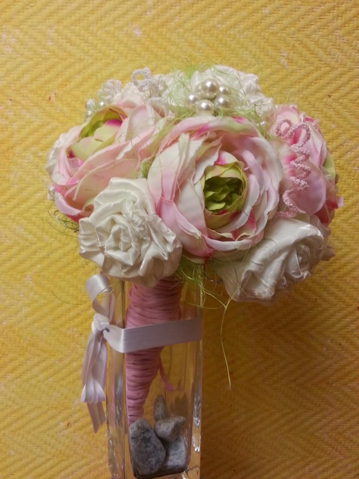 ramo artesanal para novia en colores pastel y variadas texturas de tejidos