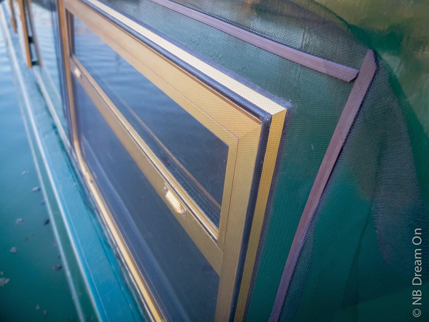narrowboat dream on des moustiquaires sur les fen tres du narrowboat. Black Bedroom Furniture Sets. Home Design Ideas