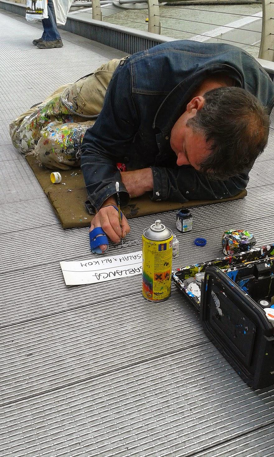 Wilson tengah melukis permen karet bekas
