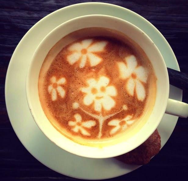 כוס קפה עם ציור פרחים