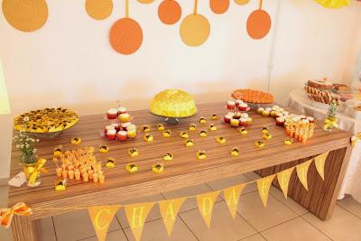 chá de panela, mesa do bolo, amarelo e laranja, bandeirinhas