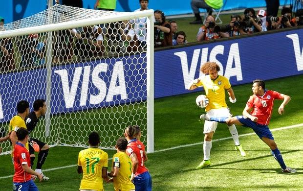 Foi de um ataque pela esquerda que surgiu o escanteio que Neymar cobrou na  cabeça de Thiago Silva. O capitão desviou no meio da área 8e5b1d9bdcd8a