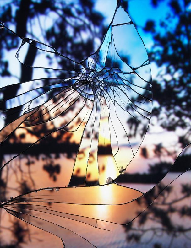 Fotografías de puestas de sol mientras se refleja a través de los espejos rotos por Bing Wright