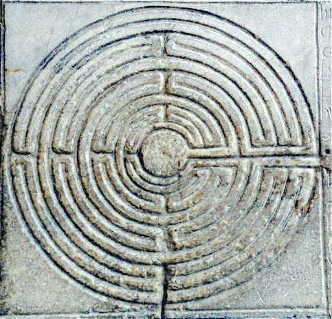 Regenmäßiges, in Stein gemeißeltes Labyrinth