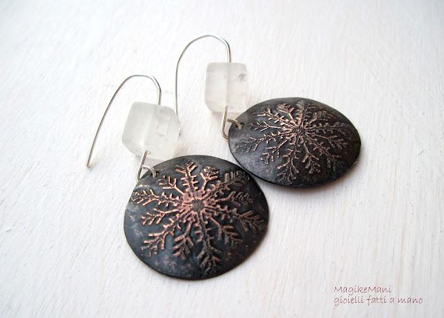 orecchini con cristalli di ghiaccio con incisione fatta a mano