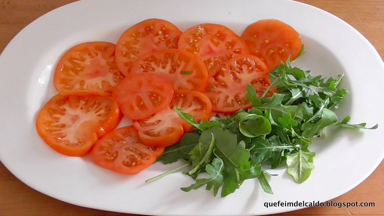 Ensalada de tomate, rúcula y huevas de maruca