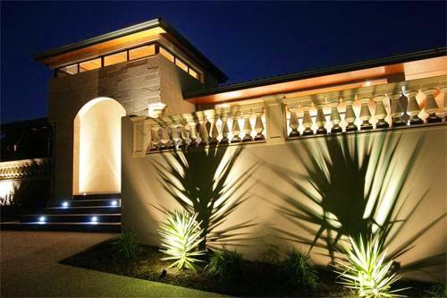 Fachada de casa iluminada