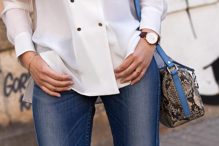Detalle complementos y joyas minimalistas en oro