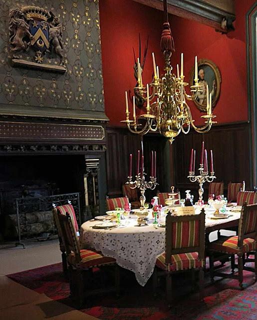 Em muitos castelos, nobres famílias cultuam um passado cheio de cristianismo