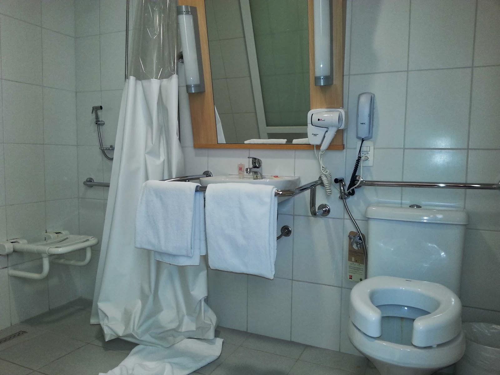 Banqueta de banho fixa cortina no box ducha monocomando espelho  #65503C 1600x1200 Banheiro Banho Cadeirante