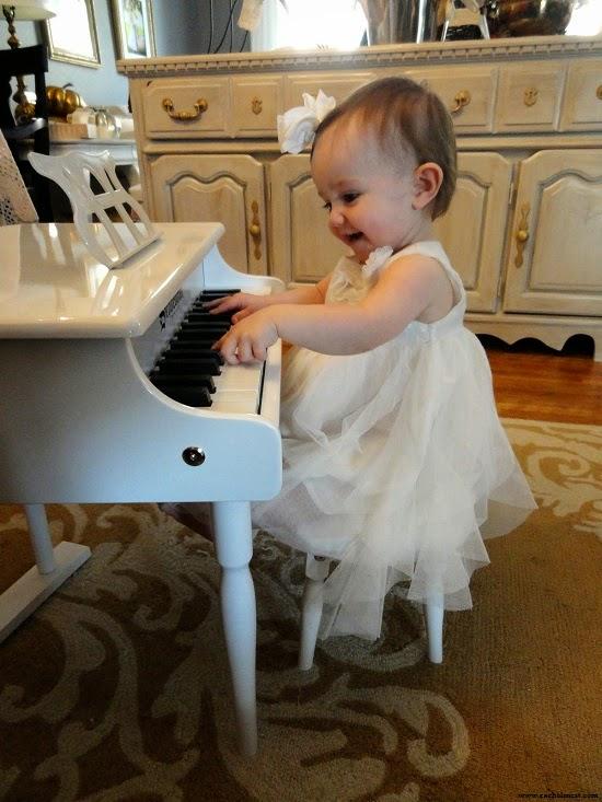 Bébé princesse qui joue du piano