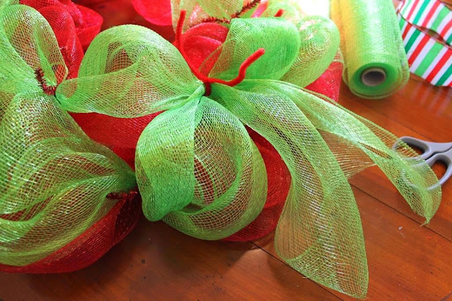 how to hide tails on mesh wreath
