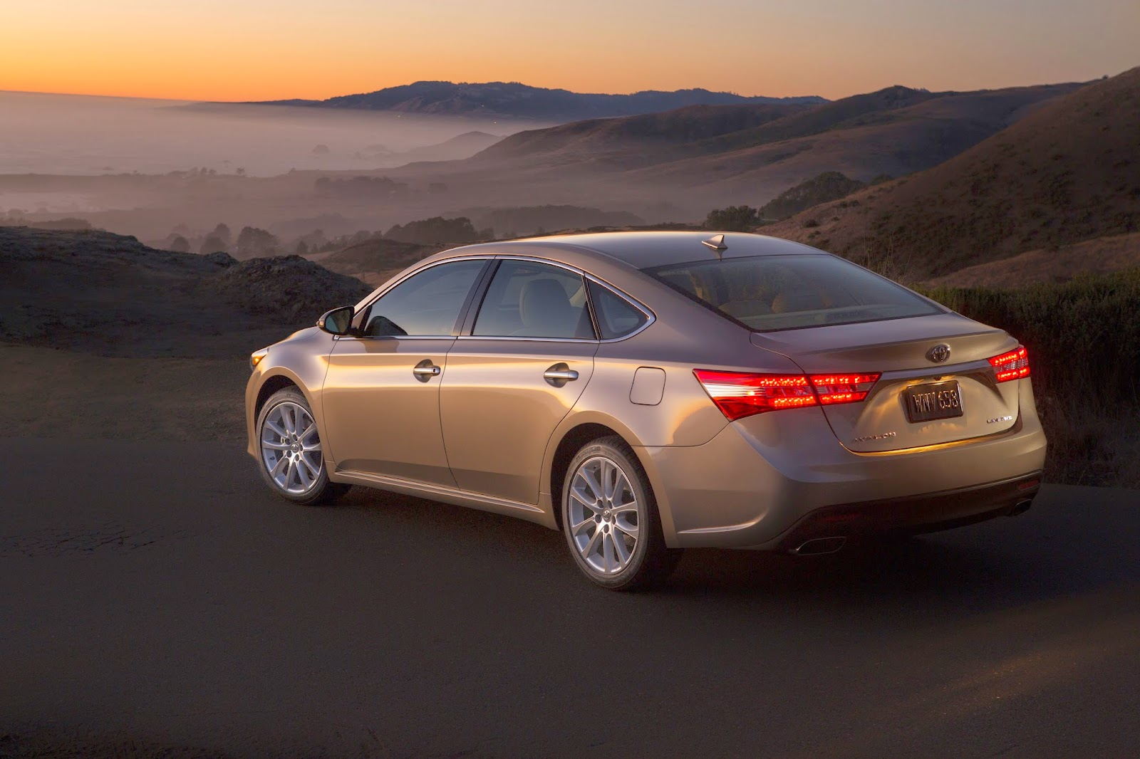 Rear 3/4 view of the 2014 Toyota Avalon