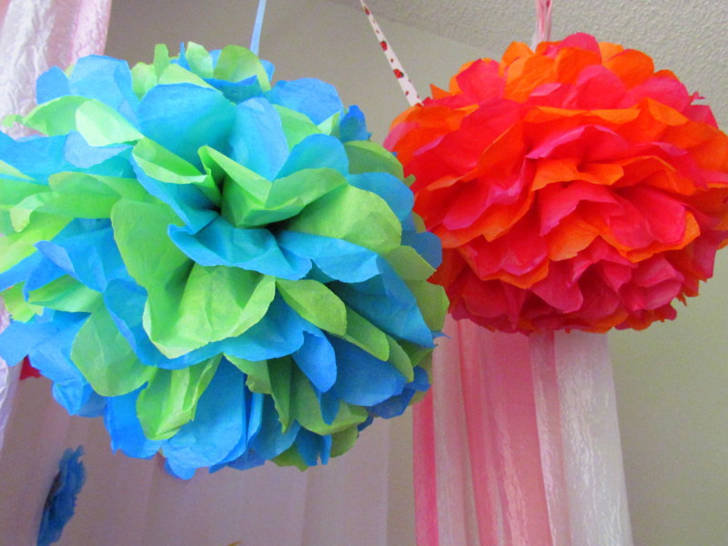 paper tissue pom poms Make colorful tissue paper pom poms, and liven up the décor for birthdays, weddings, baby showers, and much more read the buzzle article to find easy-to-follow.