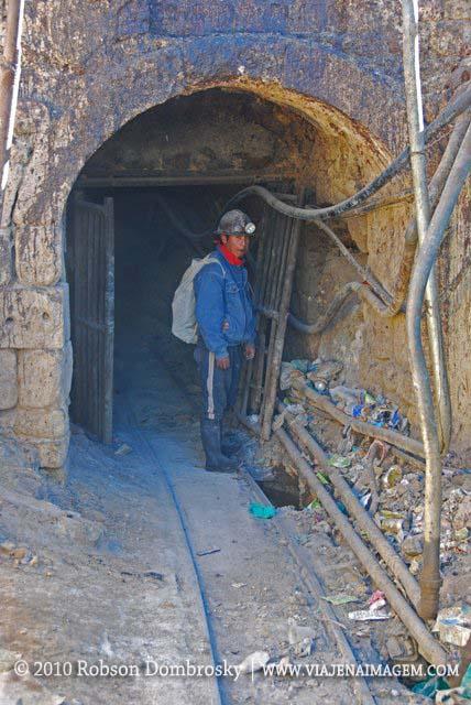 entrada de uma mina no cerro rico em potosi - Bolívia