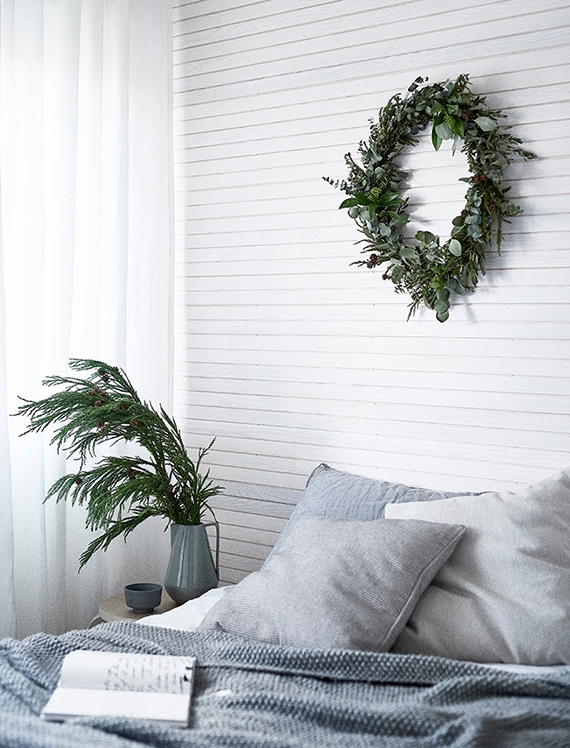 Simple Christmas scandinavian bedroom via Weekday Carnival