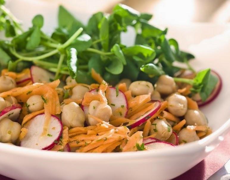 Salada de Grão-de-Bico com Cenoura e Rabanete (vegana)
