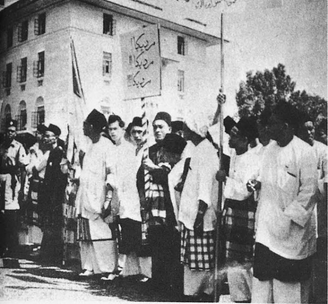 03 - UMNO political meeting in Johore Bahru on 1 July 1954, with banners proclaiming Merdeka