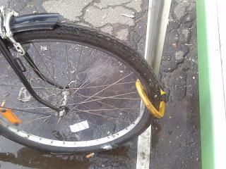 rower przypięty za przednie koło