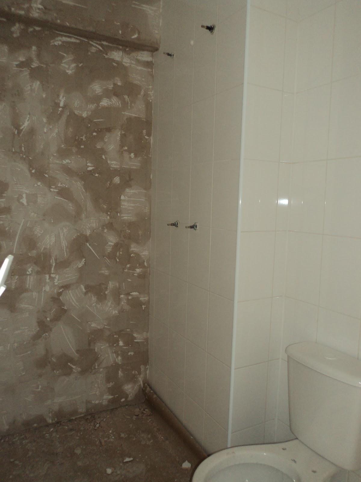 neste banheiro pelo fato de ter função de banheiro social e #463A2C 1200x1600 Banheiro Branco Com Faixa