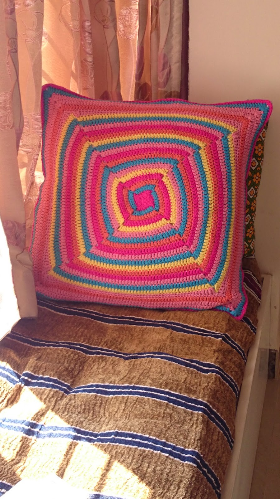 Crochet big cushion cover swirls pattern by Edie Eckman