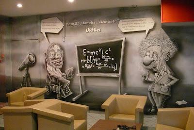 Mural przedstawiający Karykaturę Alberta Einsteina wykonany na ścianie, aranżacja korytarza