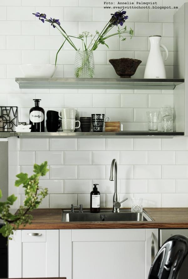 kök, industristil, industriellt kök, köket, kökets, vitt, vit, vita kakelplattor, diskbänk, bänkskiva, blandare, diskho, hyllor, inga överskåp, vinbär, köksdetaljer, inredning, inredningsblogg, blogg, bloggen, annelie palmqvist