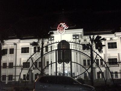Suasana malam hari di kompleks Alun-alun Tuban: Foto Kantor Bupati.