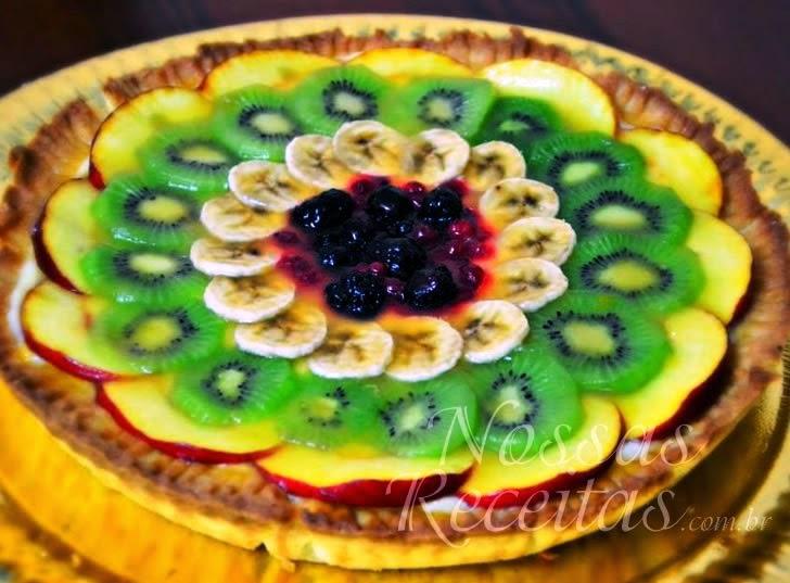receita de torta gelada com frutas frescas fatiadas