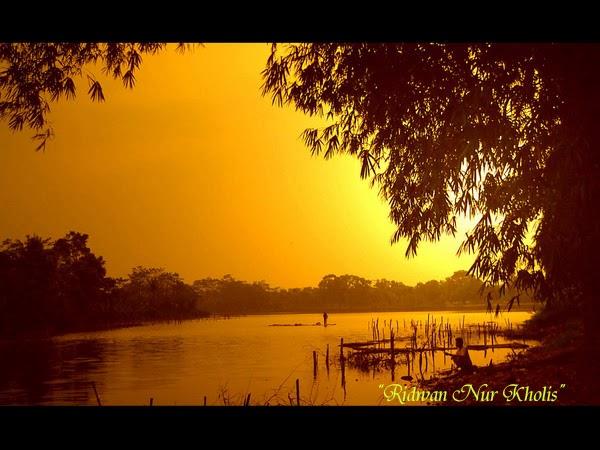 Suasana di Sore Hari yang di Hiasi dengan Matahari dan Danau yang Indah