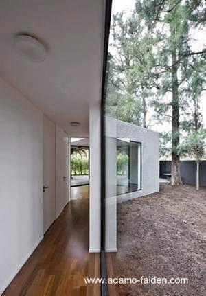 Imagen de un límite de la casa en una gran ventana