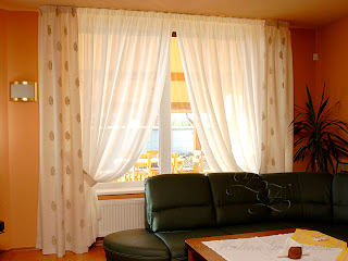Hliníková koľajnica s ohybom. Textílie zakrývajú profil.
