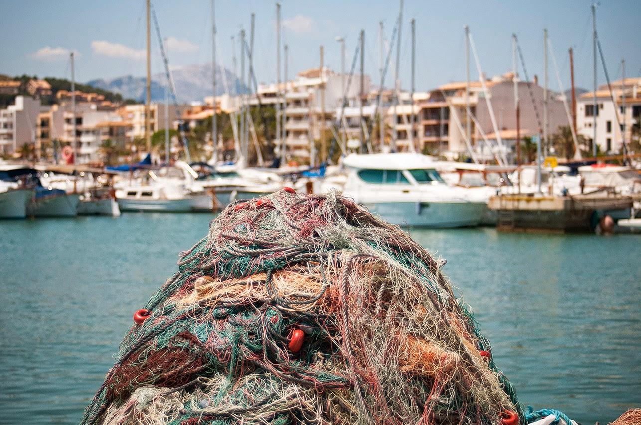 Redes de pesca amontonadas en el pantalán de Puerto Pollença