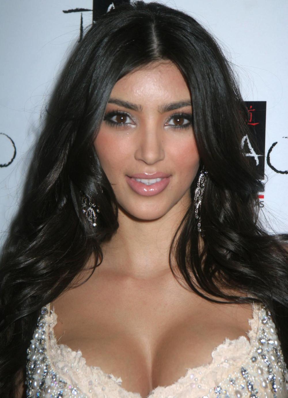 Kim Kardashian Wavy Curls 07