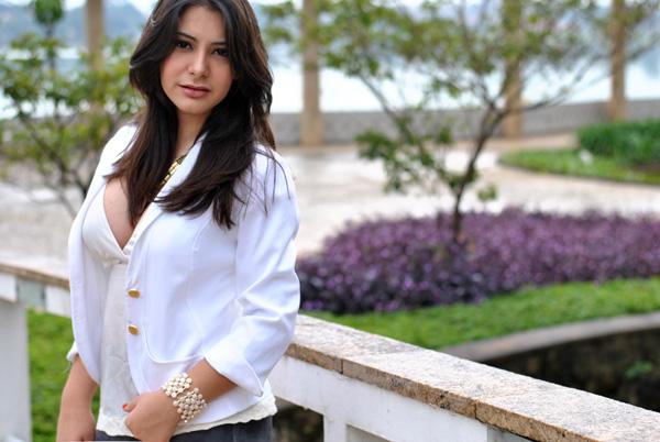 Bárbara Urias - look, blazer branco, colar dourado de correntes - lagoa da pampulha