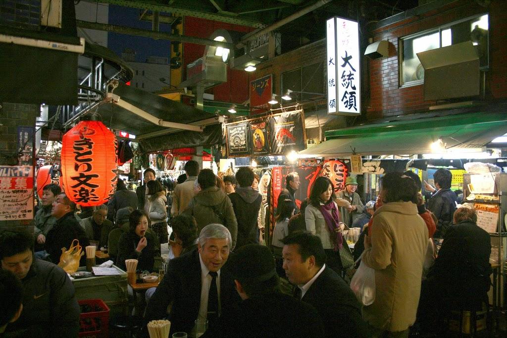 japoneses en un izakaya