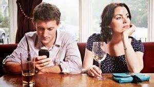 Tienes que reconocer que en la actualidad la tecnología ha cambiado tu vida. Ahora no eres tú, sino alguien que está conectado a una pantalla durante todo el día y por ello hoy traemos 5 claves para desintoxicarte de la tecnología. Estamos seguros de que practicarlos mejorará tu salud. #1 – ¡Asume que tienes un problema! Lo primero para solucionar un problema es asumir que lo tienes y no hay que contárselo a todos por las redes sociales, pero basta con que les cuentes a aquellas personas con las que más compartes a diario, en tu oficina, en tu casa