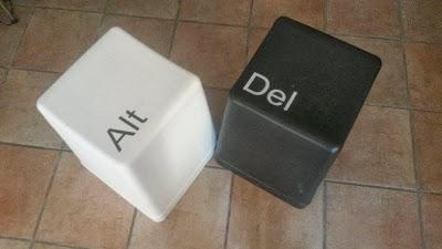 Pouf di design sul tema dei tasti delle tastiere per pc