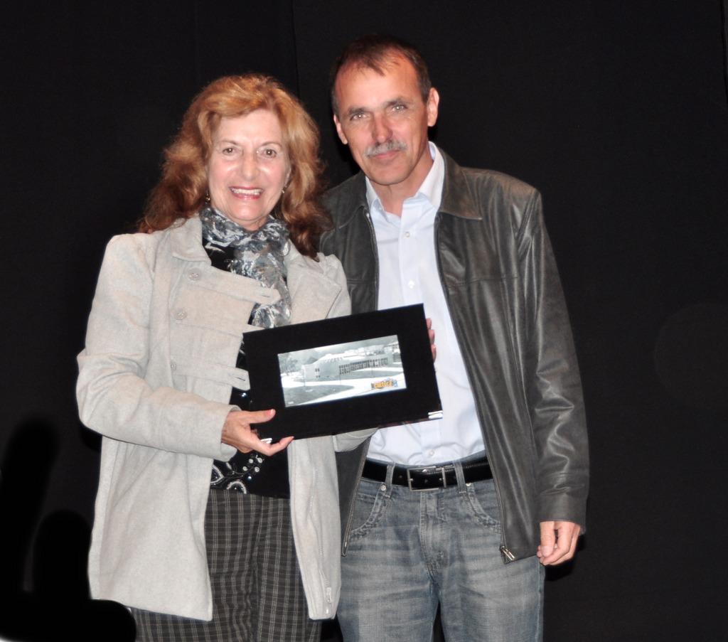 Edinar Corradini recebeu o certificado das mãos de Wanderley Peres