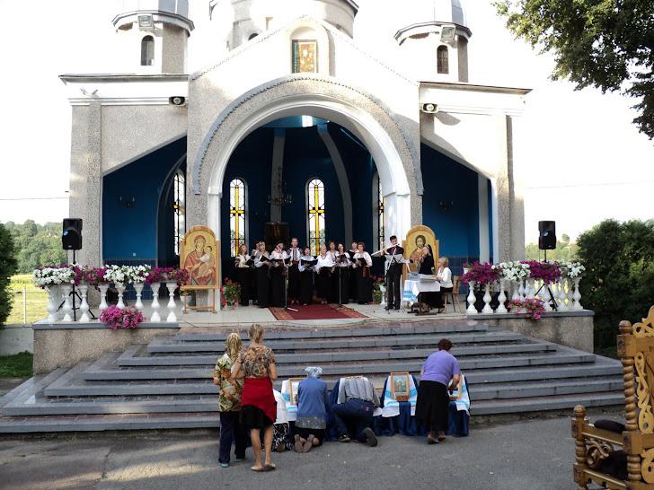 Виступ ансамблю Глорія у каплиці на парафіяльному подвір'ї