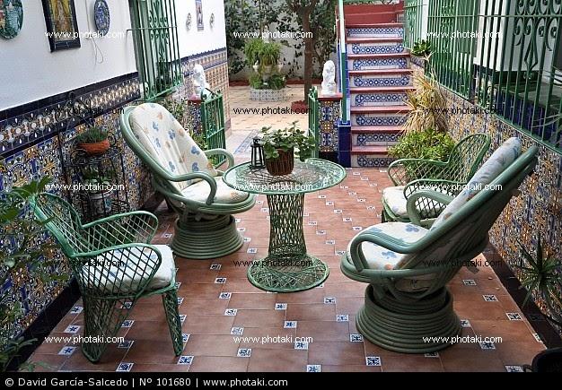 Ideas soleadas hogar entornos al aire libre muebles decoraci n - Azulejos patio andaluz ...
