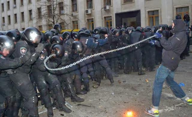 Человек с цепью на протестах в Украине