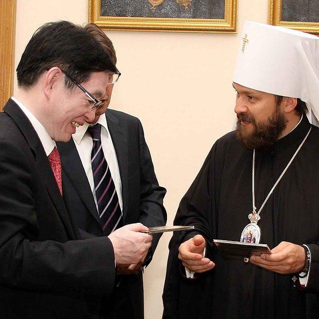 Wang Zuoan troca presentes com o metropolita Hilarión  do Patriarcado cismático de Moscou  engajado em feroz hostilidade contra os católicos ucranianos.  Moscou 15-07-2014