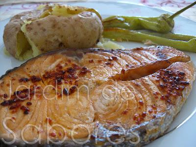 Posta de Salmão Grelhada com Batatas a Murro e Pimentos Grelhados