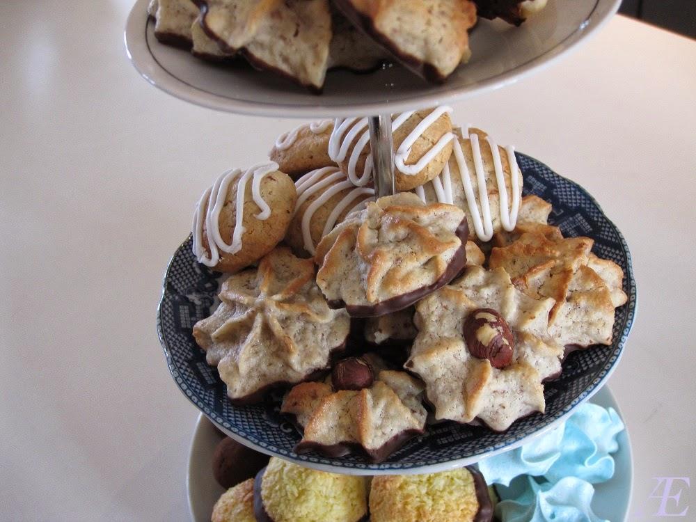 kransekage konfekt på mit kagefad, sammen med blå marengskys, gode kokostoppe og lækre paleo dadel kugler