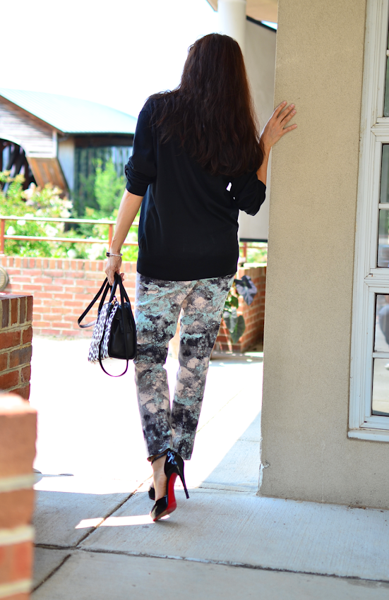 Outfit with printed pants