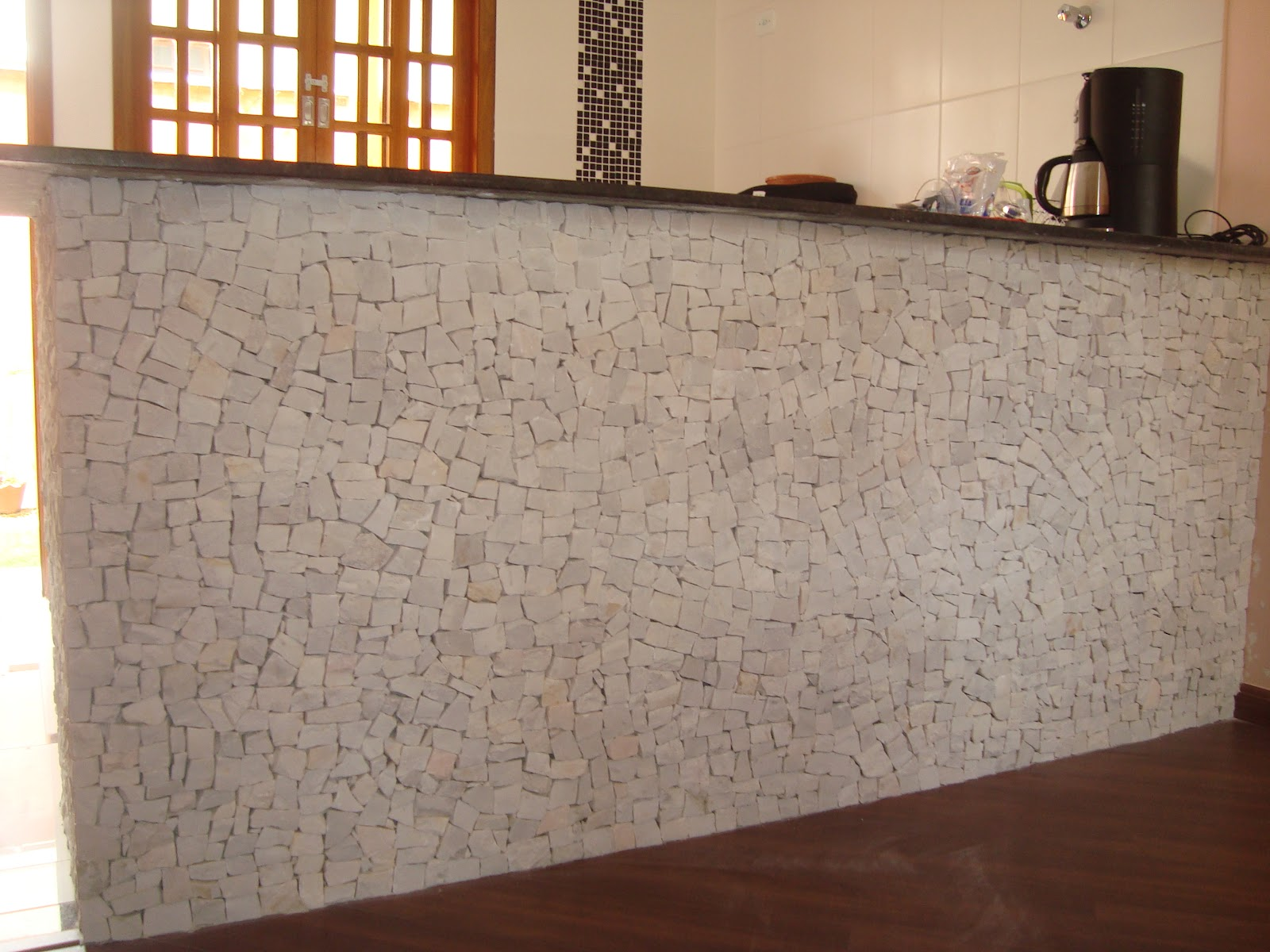 Este balcão serve de mesa nesta cozinha americana revestido em  #AD5411 1600 1200