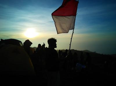 Rendi Mengibarkan Bendera Merah Putih